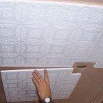 Как наклеить плитку для потолка