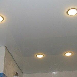 Как установить светильники в натяжных потолках