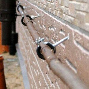 Как крепить трубы к стене
