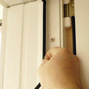 Как отремонтировать пластиковую дверь