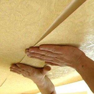 Как приклеить обои к потолку